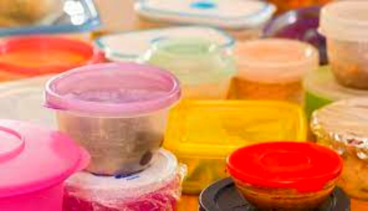 6 ways to clean smelly plastic containers