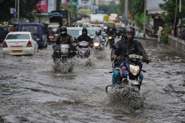 Know these useful 6 tips while riding bike in rainy season